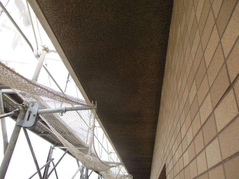 排ガスで汚れたマンションの天井